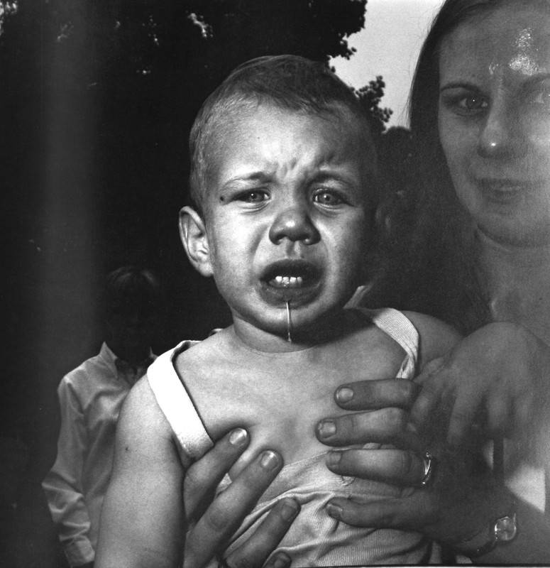 Mother-Holding-her-Child-N_J_1967-Diane-Arbus